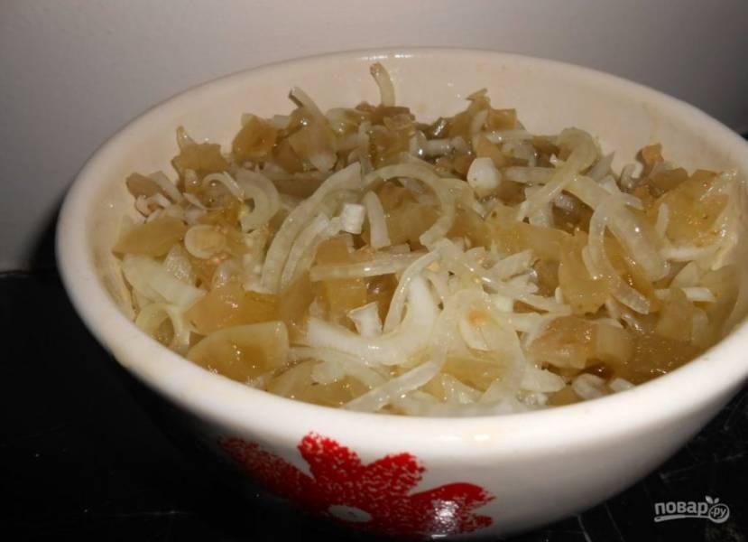 Переложите лук и помидоры в салатник. Заправьте все растительным маслом, можно использовать нерафинированное. Влейте немного уксуса и тщательно все перемешайте.