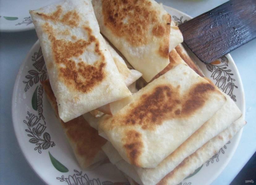 6.Процесс обжаривания занимает всего 2-3 минуты, а то и меньше. Выкладываю конвертики на тарелку и горячими подаю к столу.