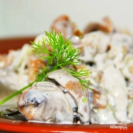 Смешиваем огурцы, шампиньоны, желудки и лук. Солим, перчим, заправляем майонезом - и салат с куриными желудками готов!