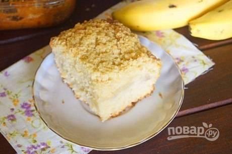 Отправляем форму в разогретую до 180 градусов духовку на 45-50 минут. Готовому пирогу надо немного остыть, минут 15 — и можно подавать к столу.