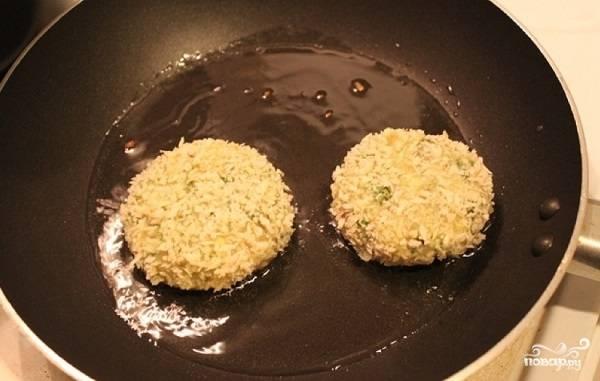 7. Выкладывайте на сковороду с растительным маслом, жарьте на среднем огне до румяной корочки.