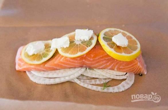 2. Дальше — кусочки лимона и кусочки корешка укропа. Если нет корня — можете добавить пару веточек свежего укропа.
