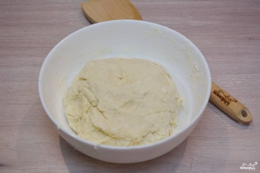 Просейте муку, замесите тесто. Оно должно выйти тугим, но эластичным. Тесто не должно рассыпаться. Если рассыпается, значит вы добавили слишком много муки. Вымешайте тесто, соберите его в ком. Поместите в пакет и положите в морозилку на 30 минут.