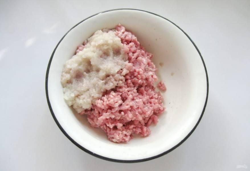 Приготовьте фарш. Мякоть свинины помойте и пропустите через мясорубку с луком.