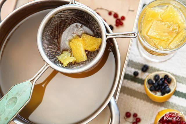 Затем кастрюлю убираем с огня и остужаем. Когда напиток станет теплым, добавляем в него сок двух лимонов.