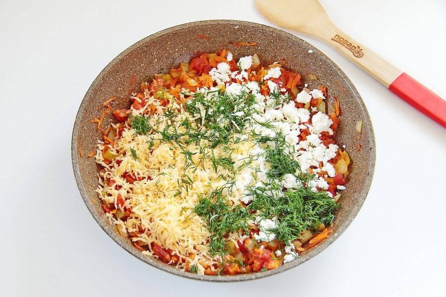 Дайте начинке остыть. После чего добавьте тертый мелко сыр, измельченный укроп или любую другую свежую зелень и творог.
