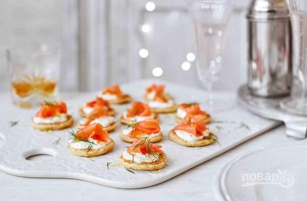 6. Выложите на блинчик немного крем-сыра и ломтик семги. Украсьте по желанию зеленью, оливкой или каперсами. Вкусных вам праздников!
