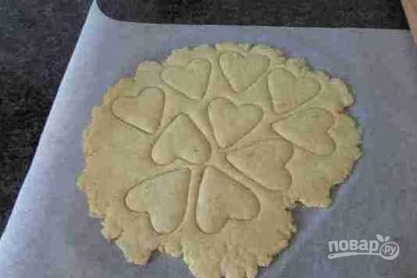 4.Вырежьте печенье с помощью выемки любой формы.