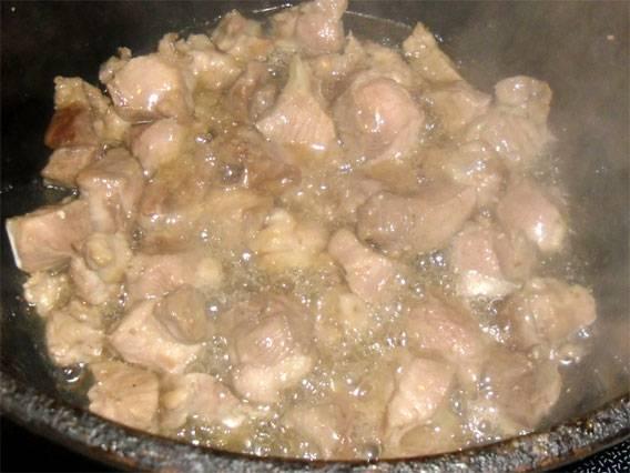 7. Мясо уже слегка обжарилось, а значит - можно добавлять к нему овощи.