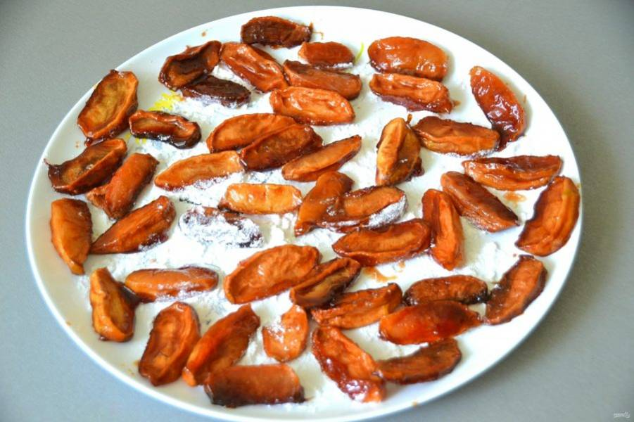 Если ваша духовка с функцией конвекции, то можно довести до готовности в духовке, если нет, то переложите яблоки на блюдо, присыпанное сахарной пудрой и продолжите сушку еще около суток в сухом и проветриваемом месте.