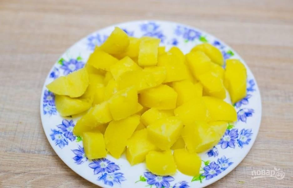 5.Остывший картофель нарезаю кубиками или кусочками произвольной формы.