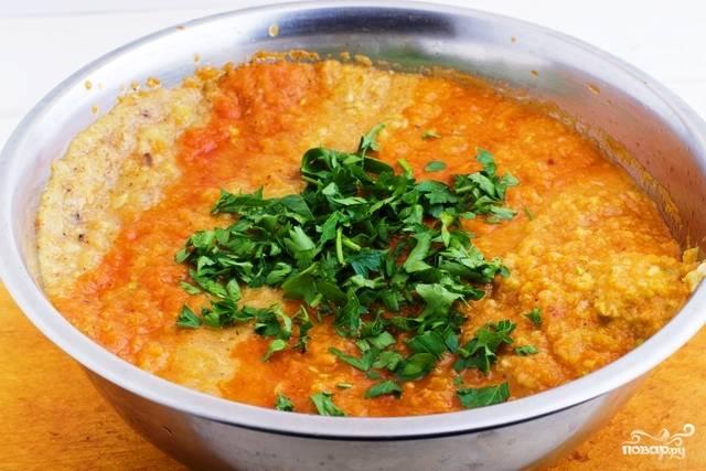 8. Кабачковая икра с морковкой в домашних условиях может быть приготовлена как в чаше блендера, тогда она будет однородной, или пропущена через мясорубку. Отправьте измельченную икру на огонь и проварите еще минут 20. Добавьте соль, перец, сахар и измельченную зелень.
