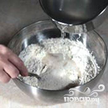 1.Пшеничную и гречневую муку просеять, вместе смешать. Третью часть муки смешиваем с дрожжами. В миску вливаем теплую воду и подогретое молоко, добавляем  сахар  и хорошо размешиваем. На 30 минут опару ставим в теплое место (можно в емкость с горячей водой).