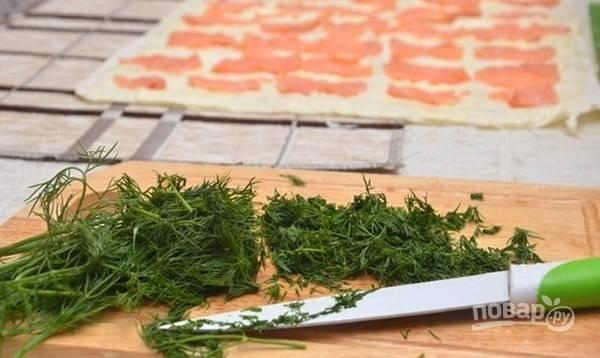 4.Укроп (можно петрушку) мою и вытираю салфетками, нарезаю мелко.