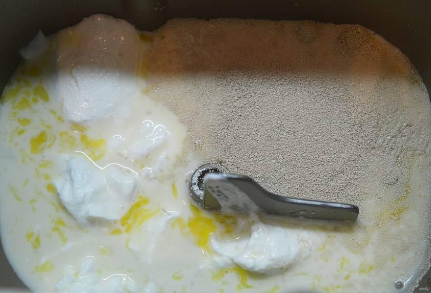 3. В чашу хлебопечки вылейте яичную массу, добавьте творог, сахар и дрожжи.