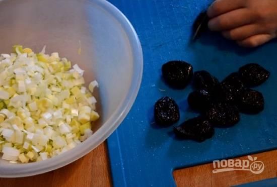 Если у вас жесткий чернослив, заранее замочите его минут на 10 в горячей воде. Затем воду сливаем, а чернослив нарезаем.