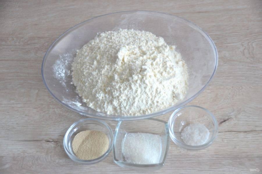 Смешайте все сухие ингредиенты: дрожжи, муку, соль, сахар.