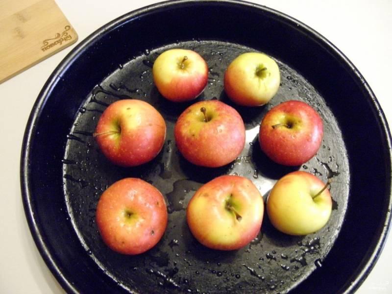 Вымойте тщательно яблоки, сделайте сверху несколько проколов зубочисткой. Поставьте противень с яблоками в духовке на 30 минут, температура 180 градусов.