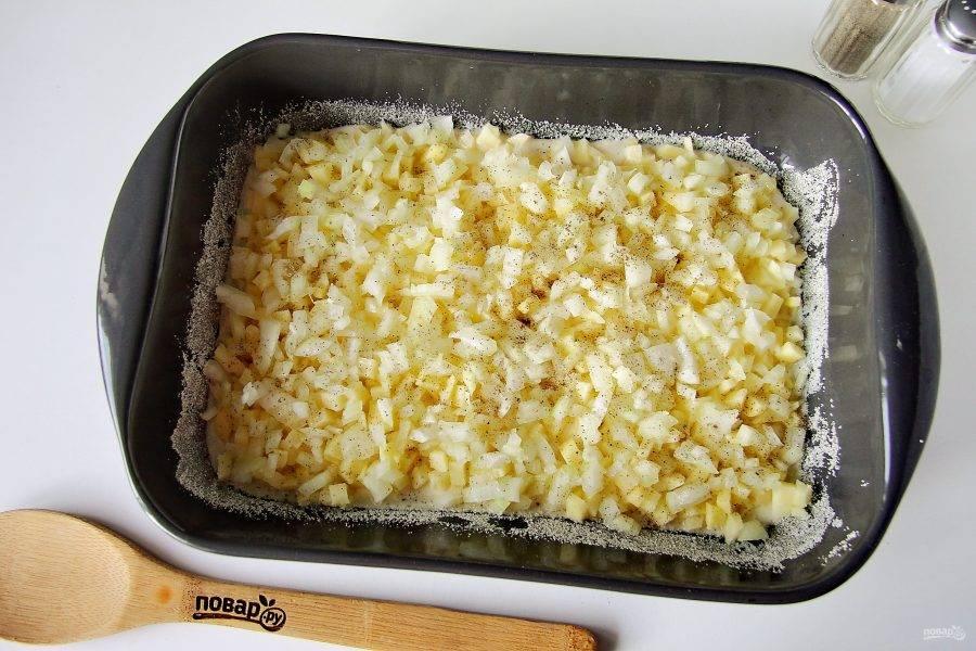 Сверху положите нарезанный кубиками лук. Посолите лук и поперчите по вкусу.