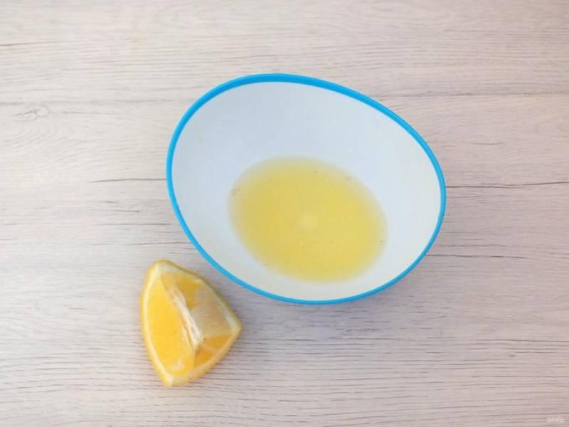 """Из лимонов выжмите сок. """"Выжимки"""" отложите в сторону, они пригодятся."""
