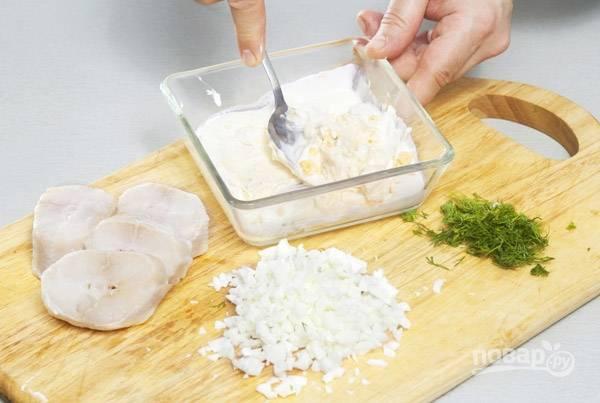 Яйца отварите вкрутую. Белки мелко порежьте. Желтки разотрите со сметаной. Рыбное филе нарежьте крупными кусками. Промытый укроп измельчите.