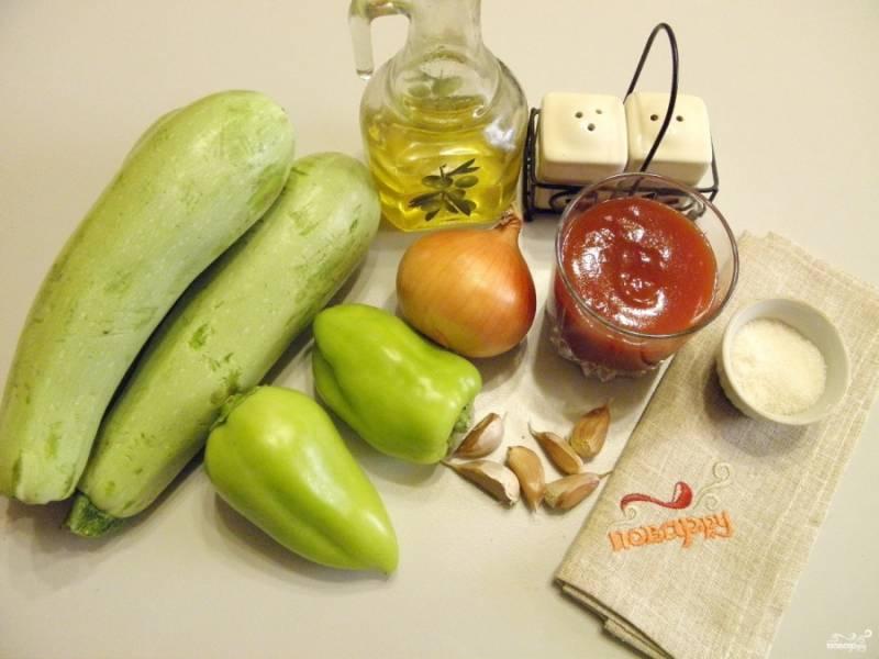 1. Подготовьте продукты для икры. Очистите и вымойте овощи. У кабачков срежьте хвостики. Если кожура плотная, снимите её.