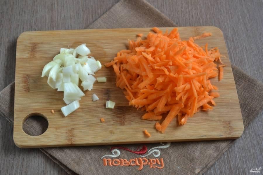 Луковицу порежьте мелкими кубиками. Слишком много лука не нужно, наш главный ингредиент – морковь, вот ее как раз следует взять побольше – 1 крупную или 2 небольших. Натрите морковку на крупной терке. Спассеруйте овощи в небольшом количестве растительного масла до мягкости.