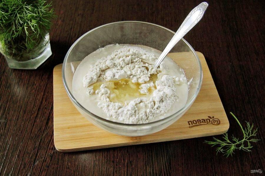 Добавьте воду, соль и растительное масло.