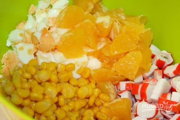 6. Добавьте в салатник кукурузу и апельсин. Заправьте небольшим количеством майонеза и аккуратно перемешайте. Все, аппетитный и оригинальный крабовый салат с апельсинами в домашних условиях готов к подаче.