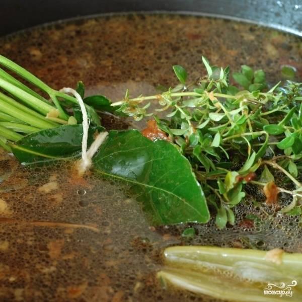 В ту же кастрюлю с жиром наливаем 4 литра воды, кладем курицу, овощи и зелень.