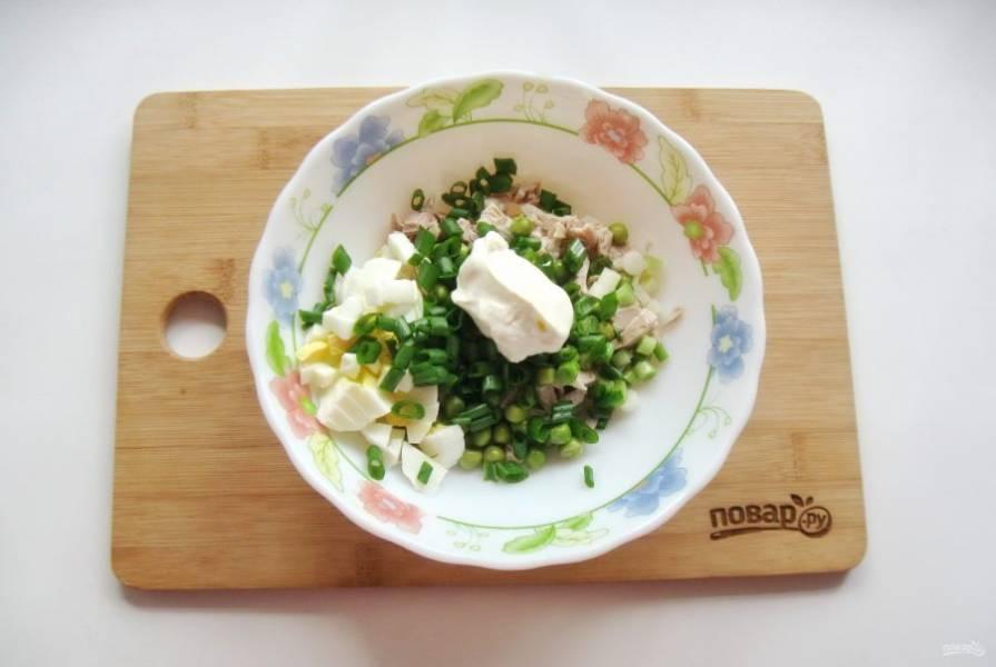 Салат посолите и поперчите по вкусу. Заправьте сметаной.