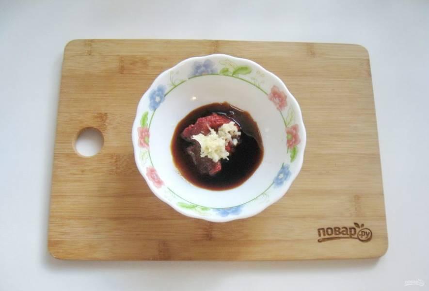 Добавьте в соус измельченный чеснок.