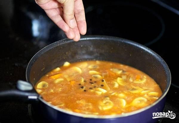 6. Подсолите, добавьте душистый перец и тушите на среднем огне минут 10.