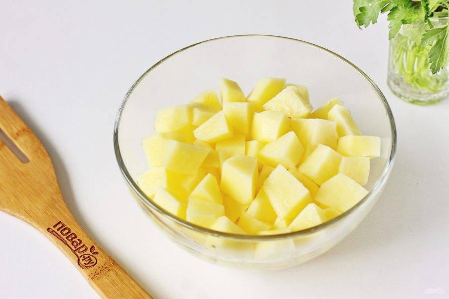 Через 5-7 минут добавьте нарезанный кубиками картофель.
