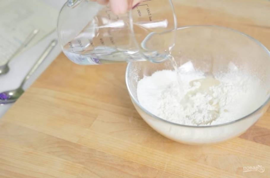 1. Дрожжи разведите с сахаром (1ч. л.) в теплой воде и оставьте на 5-10 минут. Муку просейте с разрыхлителем и солью.