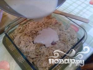 Далее, переложите смесь в форму для выпечки и сверху полейте соусом Бешамель.