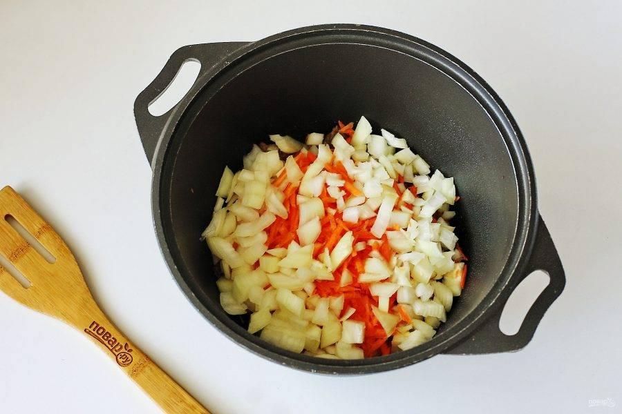 Добавьте нарезанный кубиками лук и тертую морковь.