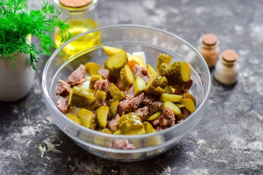 Соленые огурцы нарежьте полосками или брусками, добавьте в салат.