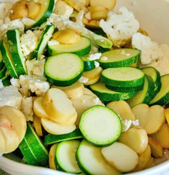 1. Моем, обсушиваем и нарезаем кабачки и картофель. Толщина должна быть примерно одинаковой. Сильно не мельчите. Сюда же - соцветия капусты и специи по вкусу.