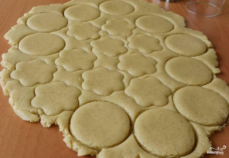 Раскатываем тесто в пласт толщиной 1 см. Вырезаем формочкой печенье желаемой формы.