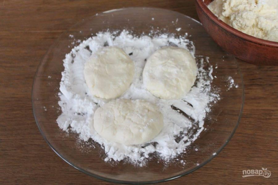 На плоскую тарелку насыпаем крахмал. Делаем сырники и обваливаем их в крахмале.