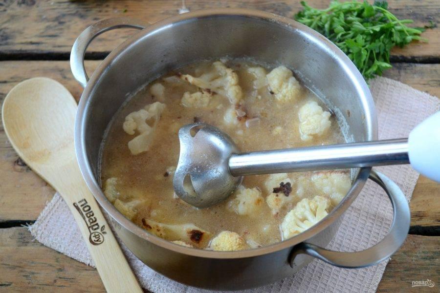 Пюрируйте суп с помощью блендера. Можно измельчить суп полностью до состояния пюре, а можно лишь слегка, чтобы оставались небольшие кусочки капусты.
