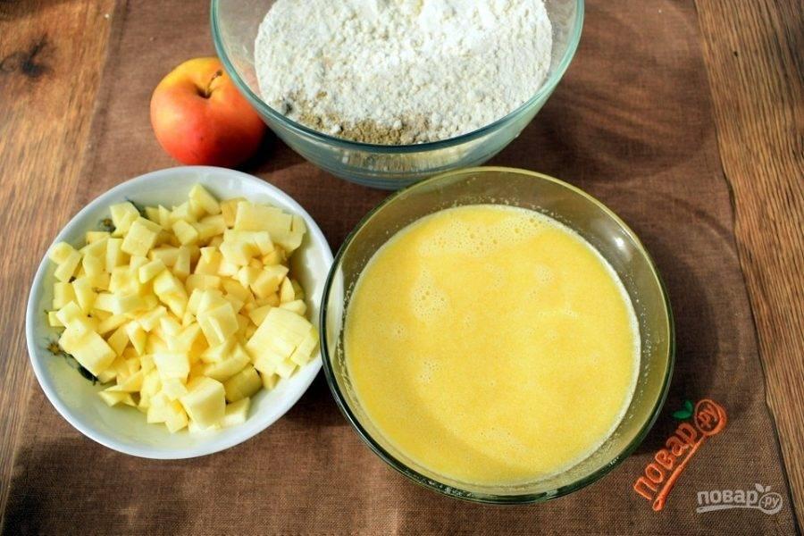 Яйцо, сахар, сливочное масло, теплое молоко и зеленый чай  взбейте до однородности. Сухие ингредиенты просейте через сито. Фрукты очистите и нарежьте мелкими кубиками.