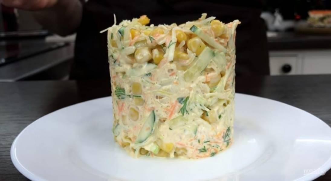 3. Смешайте все подготовленные ингредиенты, заправьте салат и перемешайте. Подавайте салат при помощи кулинарного кольца. Украсьте салат зеленью. Приятного аппетита!