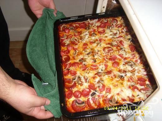 Еще раз присыпать поверхность тертым сыром. Выпекать пиццу в разогретой духовке при 180 C в течении 30 минут. Приятного аппетита!