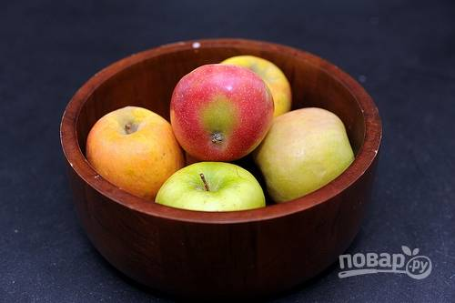 1. Первым делом включите духовку, пусть греется до 180 градусов. Яблоки вымойте, обсушите и очистите.