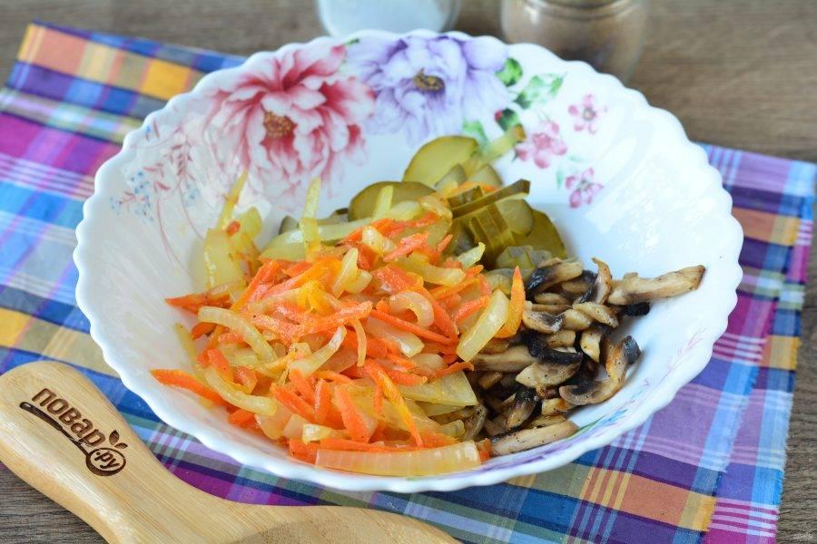Обжарьте лук и морковку, остудите и всыпьте в салат.