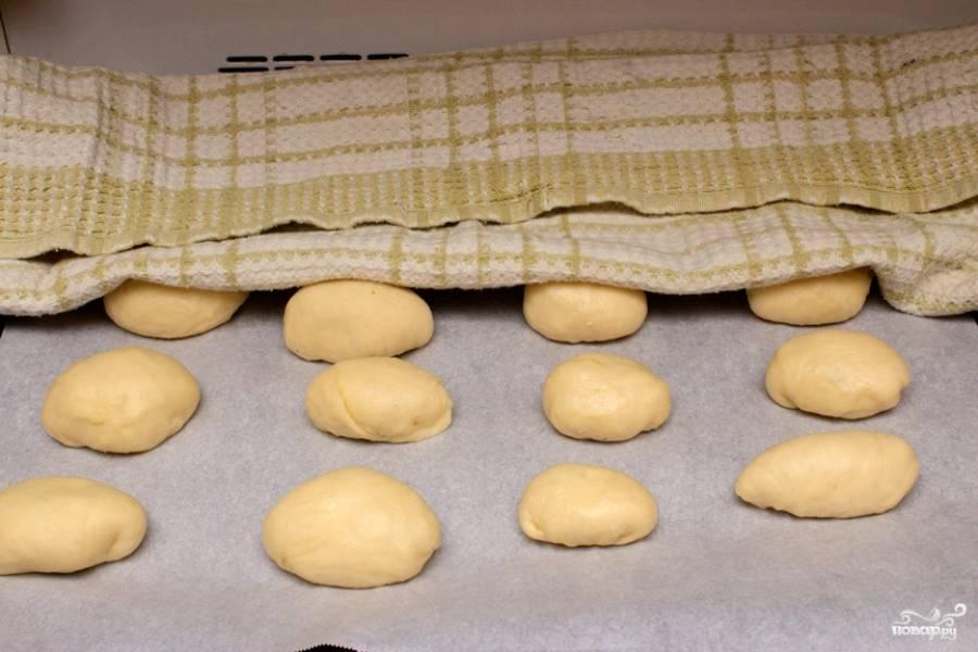16. Противень застелите пергаментом или смажьте маслом. Выложите булочки, накройте полотенцем и дайте еще подойти минут минут 20-25.