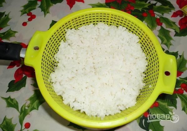 2. Первым делом нужно поставить вариться рис (в подсоленной воде) и яйца (вкрутую).