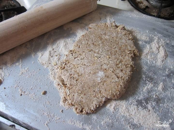 2. Добавим теперь взбитое отдельно яйцо, мед и масло. И вымешаем руками довольно тугое тесто, как здесь. Раскатаем его затем в пласт.